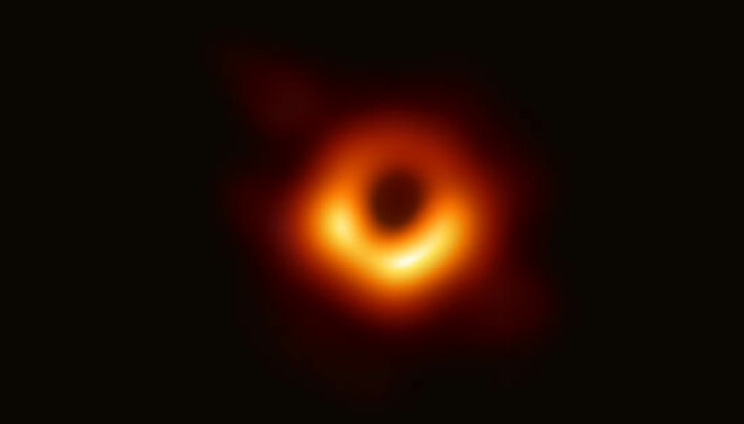 Her er det første bildet av et sort hull: – Dette er helt fantastisk, og det er akkurat som forventet