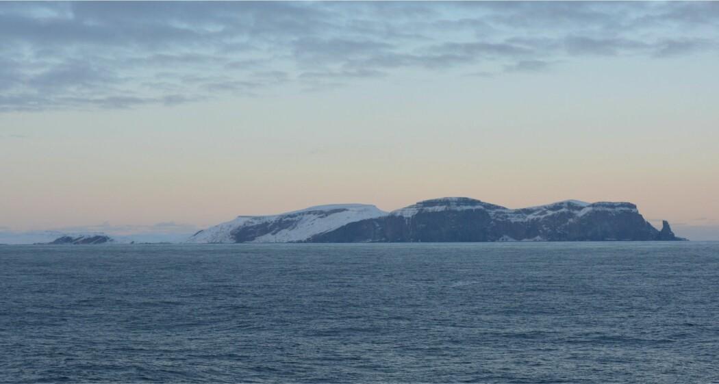 Sørspissen av Bjørnøya sett fra G.O. Sars, på vei til første prøvestasjon. (Foto: Reidulv Bøe)