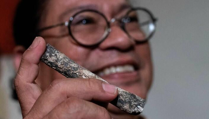 Professor Armand Salvador fra University of the Pilippines viser fram beinrester fra den nyoppdagede menneskearten. (Foto: AFP, Noel Celis, NTB scanpix)