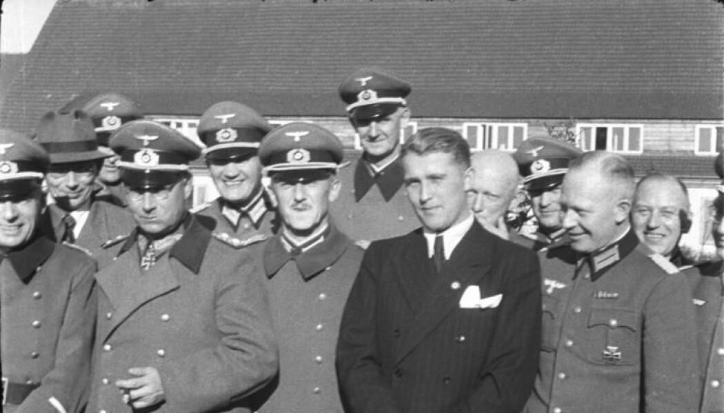 En ung Werner von Braun i dress på plass i Peenemünde. (Foto: Bundesarchiv)