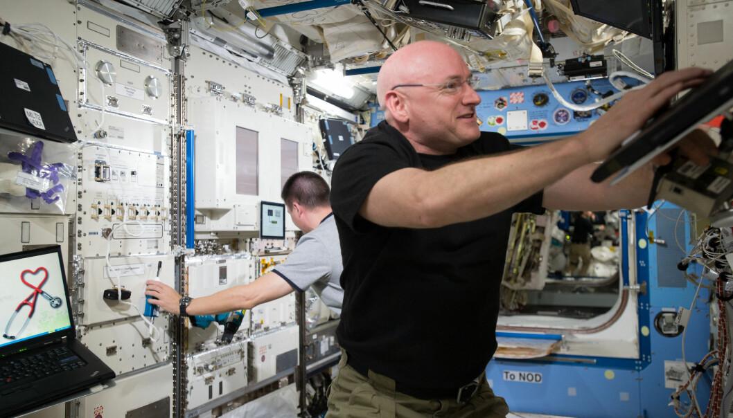 Scott Kelly jobber på den internasjonale romstasjonen i 2015. (Bilde: NASA)