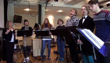 Førstelektor Åshild Watne og bachelor-studenter ved Institutt for musikkvitenskap øver på å synge så rent som mulig. Men en ren tone kan defineres på mange ulike vis.  (Foto: Anna Camilla Kjensmo/forskning.no)