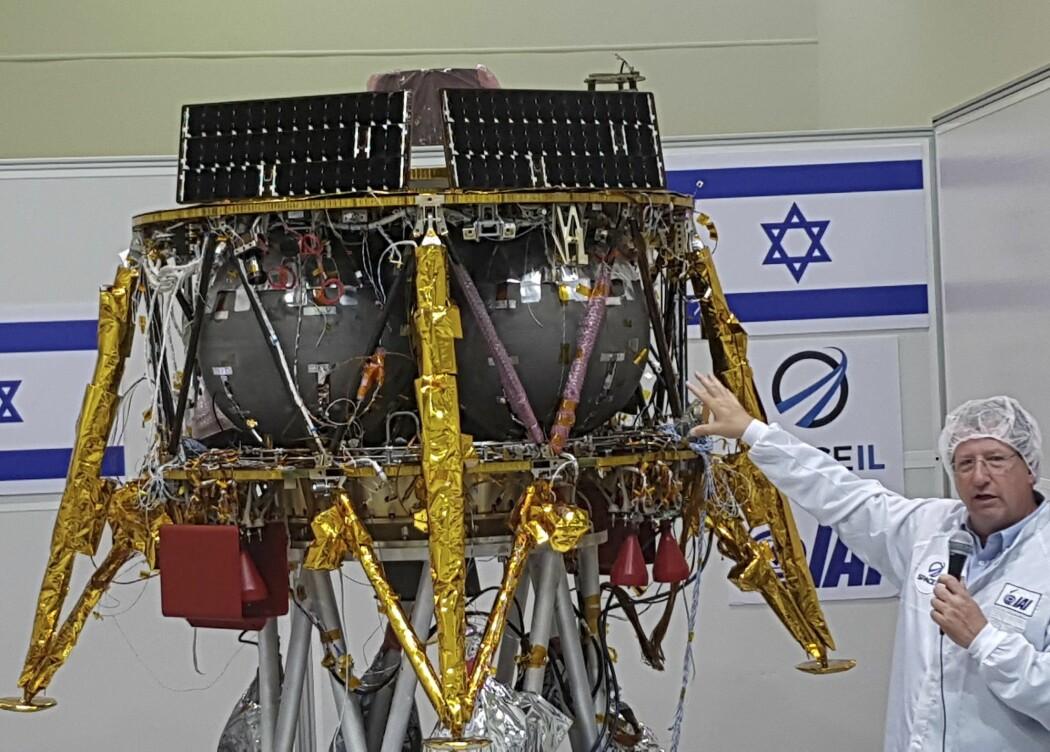 Det israelske månefartøyet ble i fjor sommer vist fram av Opher Doron, som leder selskapet Israel Aerospace Industries. Etter krasjlandingen torsdag opplyste Doron at fartøyet ble knust til biter som ligger strødd utover landingsstedet på månen. (Foto: Ilan Ben Zion, AP, NTB scanpix)
