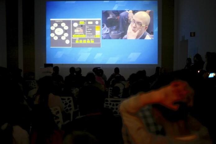 Israelere følger med på TV-sendingen om romfartøyet Beresheet idet det blir klart at fartøyet har krasjlandet på månen. (Foto: Ariel Schalit, AP, NTB scanpix)