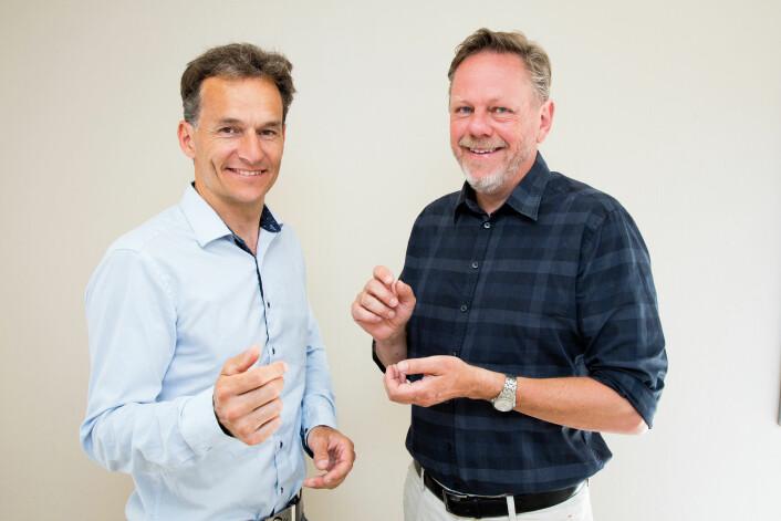Håvard Kalvøy og Ørjan G. Martinsen (t.h.) skal utvikle helt nye, elektriske målinger for å kunne sjekke om cellene i medisinfabrikken lever og produserer den medisinen de skal. (Foto: Yngve Vogt)