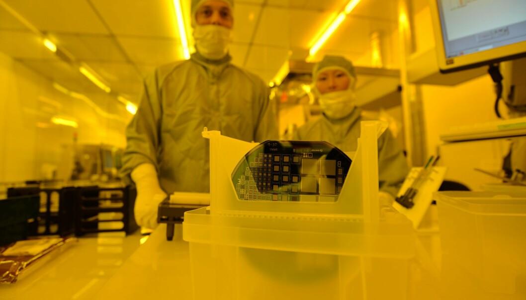 Marco Povoli og Angela Kok har bidratt til å utvikle den mikroskopiske sensoren som måler det ingen andre sensorer kan måle: Nemlig stråledosene som treffer hver enkelt kreftcelle.  (Foto: Sintef)