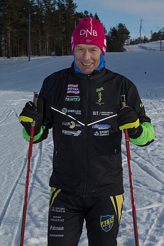 Idrettsforsker og smøreekspert Tor Oskar Thomassen, anbefaler heller flere lag med smurning, enn å smøre store deler av skiene. (Foto: UiT)