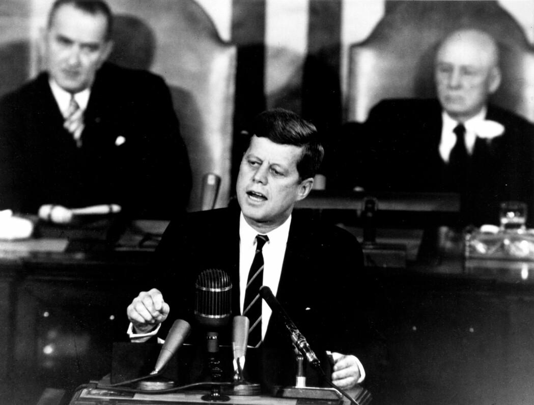 I en tale til kongressen I mai 1961 foreslår John F. Kennedy at USAs skal sette en mann på månen og bringe ham trygt tilbake før utgangen av tiåret. (Foto: NASA)