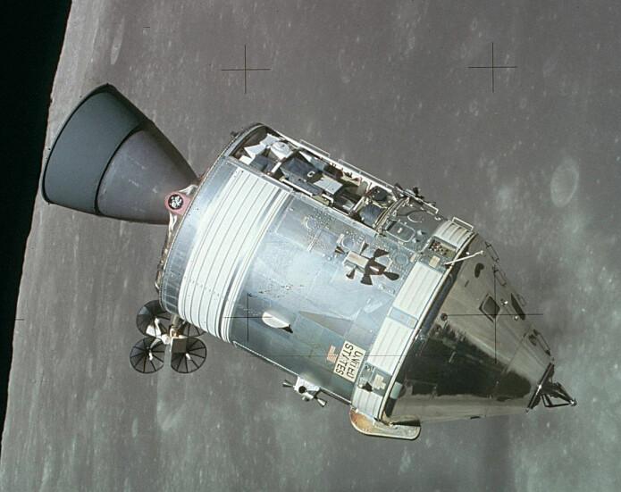 Kommando- og serviceseksjonen til Apollo 11 i bane rundt månen, fotografert fra månelanderen Eagle. (Foto: NASA)