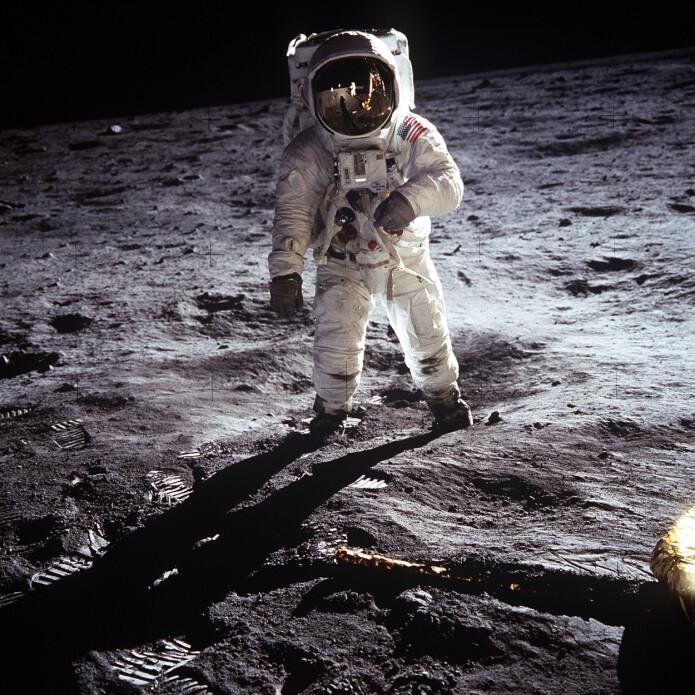 Dette er et av de mest ikoniske bildene fra måneferden. Vi ser Buzz Aldrin i helfigur og i gjenskinnet fra Aldrins hjelm kan vi se fotografen, Neil Armstrong, og landingsfartøyet Eagle. (Foto: Neil Armstrong/NASA)
