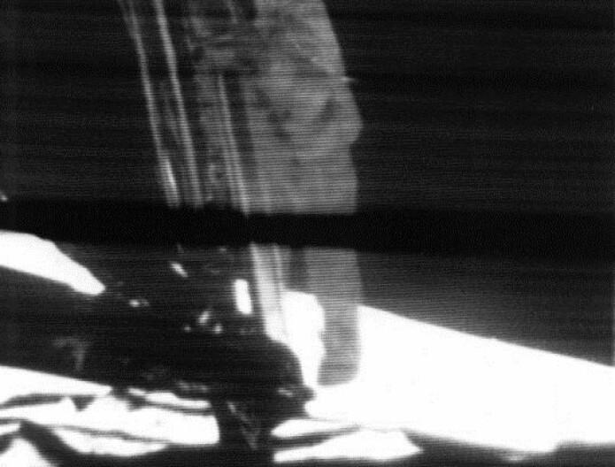 Like før: Neil Armstrong gjør seg klar til ta historiens viktigste lille hopp. (Foto: NASA)