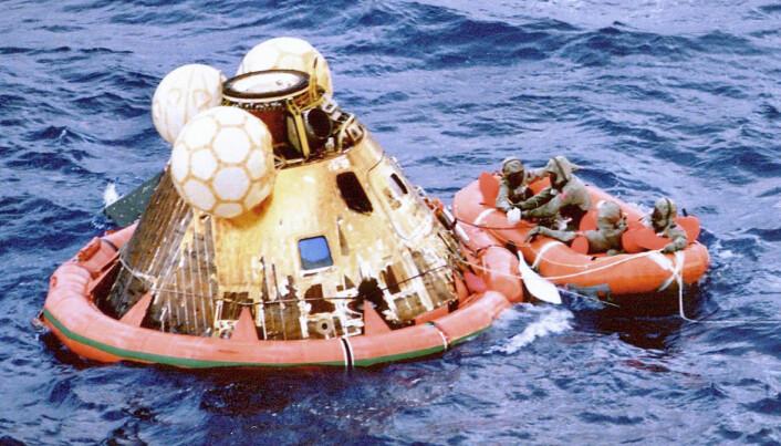 Etter ferden til Stillhetens hav på månen, plasket Apollo 11-astronautene ned i Stillehavet på jorden. Her er fartøyet stabilisert med en flytering og mannskapet fra Hornet er på vei for å ta i mot dem. (Foto: NASA)