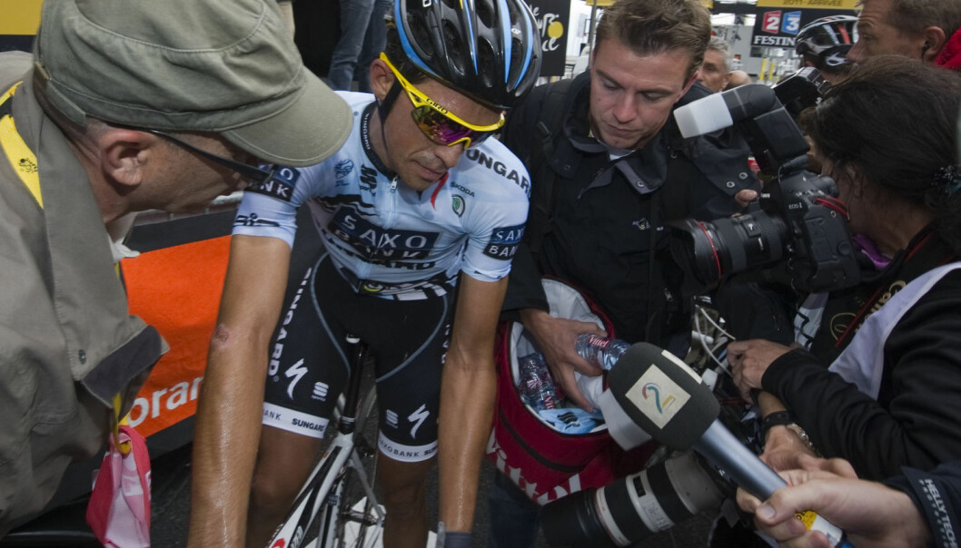 Alberto Contador får spørsmål fra pressen etter en av etappene i Tour de France i 2011. Contador er senere blitt dømt for doping. (Foto: Lionel Bonaventure / NTB scanpix)