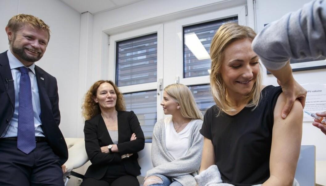 Sykepleierstudent Helene Burger får en sprøyte med HPV-vaksine på St. Hanshaugen helsestasjon i Oslo mandag. Fra 1.november vil kvinner født i 1991 og senere få tilbud om gratis HPV-vaksinering. Nå skal det også utredes om gutter skal få vaksinen gratis.  (Foto: Heiko Junge / NTB scanpix)