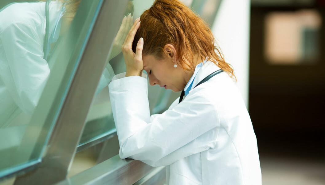 Klasehodepine er kraftige anfall med hodepine, vanligvis bak et øye. Disse anfallene kommer som regel i puljer og med på kjøpet får man gjerne et rødt øye, tåreflod, tett eller rennende nese, svetting i pannen og ansiktet, liten pupille og nedseget, hovent øyelokk. Ny studie viser at omtrent halvparten av folk med klasehodepine, jobber i shift. (Foto: Shutterstock / NTB scanpix)