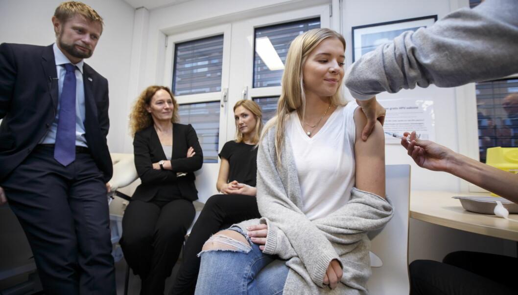 I dag ble gratisvaksinen mot HPV lansert, og sykepleierstudent Eva Godvik Lampe var en av de aller første som fikk vaksinen. Helseminister Bent Høie og direktør i Folkehelseinstituttet Camilla Stoltenberg overvar det hele. (Foto: NTB Scanpix/Heiko Junge)