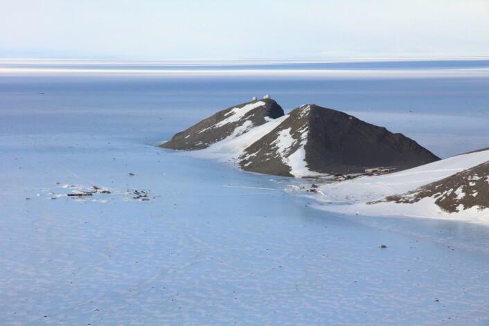 Troll-stasjonen er lokalisert om lag 235 km fra kysten, i Jutulsessen i Dronning Maud Land. (Foto: Stein Tronstad / Norsk Polarinstitutt)