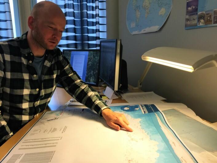 Anders Skoglund er opphavsmannen til 29 av de nye stedsnavnene i Antarktis. Alle navnene får plass på det første norske oversiktskartet over Dronning Maud Land som snart skal se dagens lys. (Foto: Elin Vinje Jenssen / Norsk Polarinstitutt)