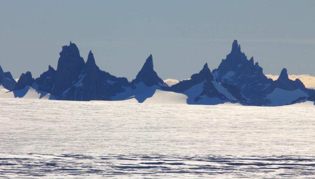 Flere av navnene i Dronning Maud Land har norske navn, slik som fjellrekka Skigarden i Fimbulheimen, som ligger rundt 70 km øst for den norske forskningsstasjonen Troll. (Foto: Stein Tronstad / Norsk Polarinstitutt)
