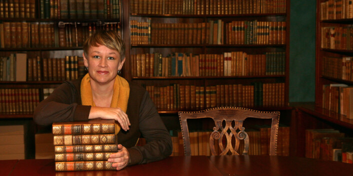 Førstebibliotekar Ellen Alm finkjemmer gamle tingbøker og lensregnskap fra Trondheims len, på leting etter dokumentasjon på trolldomsprosesser. (Foto: NTNU)