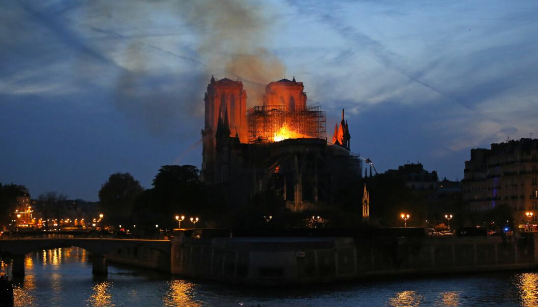 Frankrike-kjenner og professor i statsvitenskap, Raino Malnes, sier brannen i Notre-Dame er et uerstattelig kulturtap. (Foto: AP, NTB scanpix)