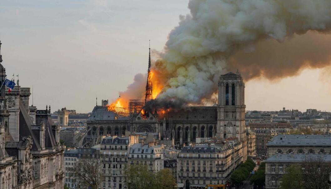 – Den sterke verdensomfattende reaksjonen vi har sett etter brannen startet handler om katedralens kulturhistoriske verdi, tror forsker. Kulturarv skaper fellesskap, og det er grunnen til at vi må ta vare på den, mener hun. (Foto: Fabien Barrau / AFP / NTB Scanpix)