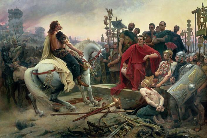Cæsar vinner gallerkrigene, slik den franske maleren Lionel Royer ser det for seg. Den galliske høvdingen Vercingetorix på hesten kaster våpnene ved Cæsars føtter. (Foto: (Bilde: Lionel Royer))