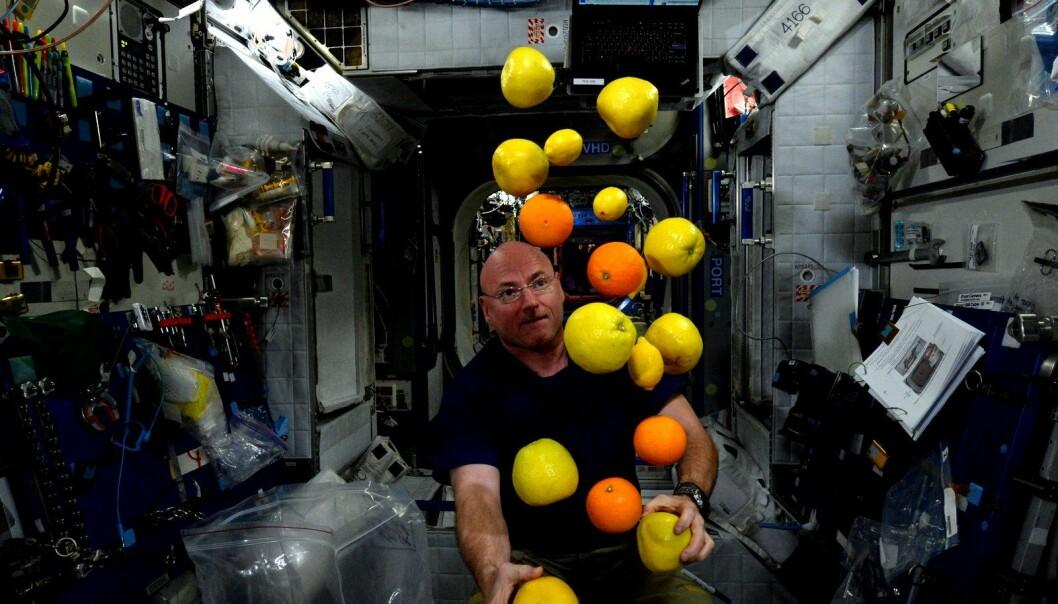 Her sjonglerer Kelly i vektløs tilstand. (Foto: NASA)