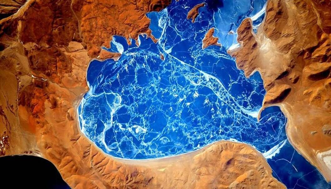 En islagt innsjø i Himalaya. (Foto: NASA)