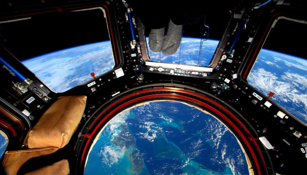 Bilde av Bahamas tatt ut av glassgulvet i romfergen. (Foto: NASA)