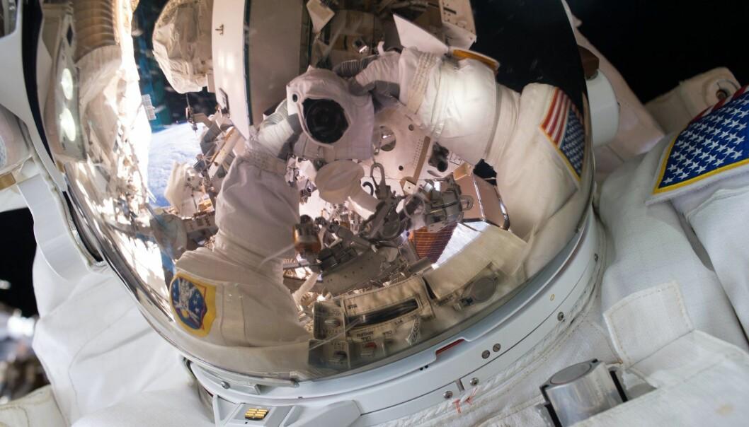 Kelly tar bilde av seg selv på romstasjonen. (Foto: NASA)