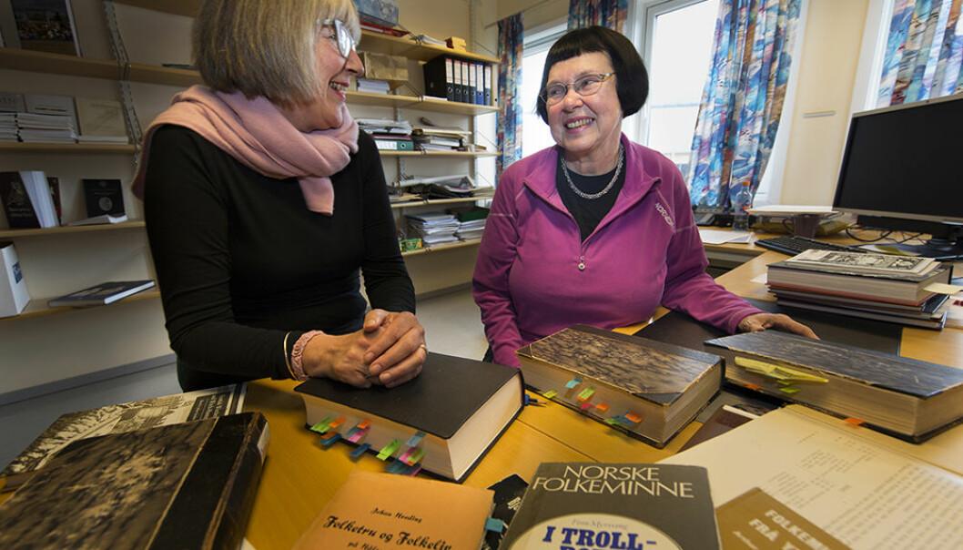 Direktør ved Tromsø Museum, Marit Anne Hauan, og UiT-professor i historie, Liv Helene Willumsen har forsket på merkedager. Halloween er en av historiens mest trolske merkedager og har lang tradisjon, også i Norge.  (Foto: Stig Brøndbo / UiT)