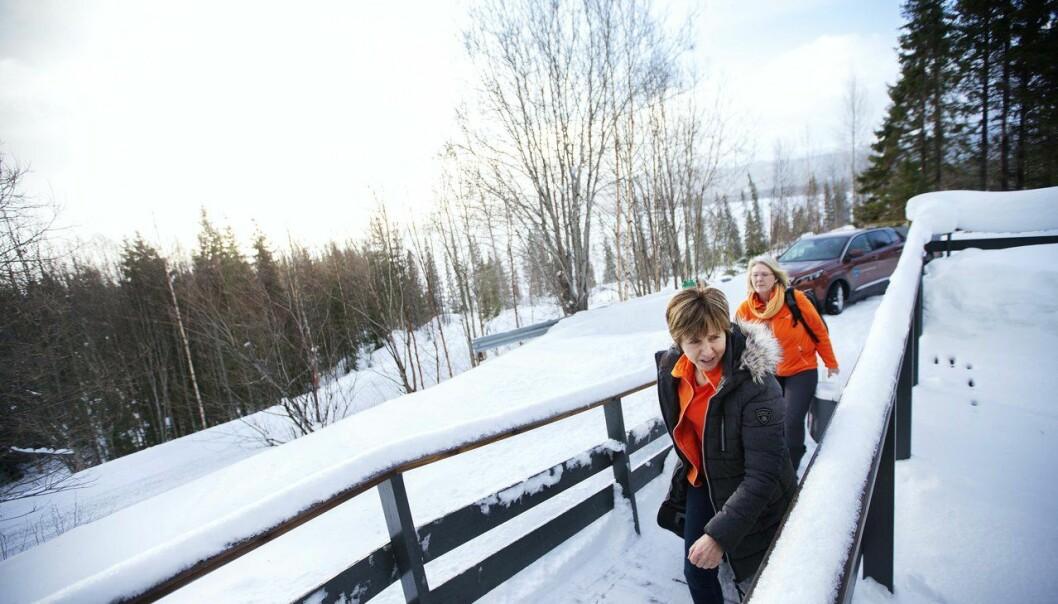 Målet for Lierne er at 75 prosent av befolkningen skal delta i undersøkelsen. Prosjektarbeiderne Eva W. Kveli og Anne Lena Persson reiser også ut på hjemmebesøk. (Foto: Martin Lundsvoll)