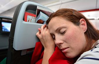 Det kan være fristende å bare sove gjennom hele flyturen, men selvmedisinering er ikke alltid en god idé, ifølge forskeren. (Foto: Shutterstock / NTB Scanpix)