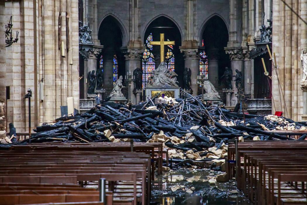 Svartbrente rester av taket på Notre-Dame-katedralen etter brannen tidligere denne uka. Frankrikes president Emmanuel Macron har lovet å gjenoppbygge den innen fem år. (Foto: AP, NTB scanpix)