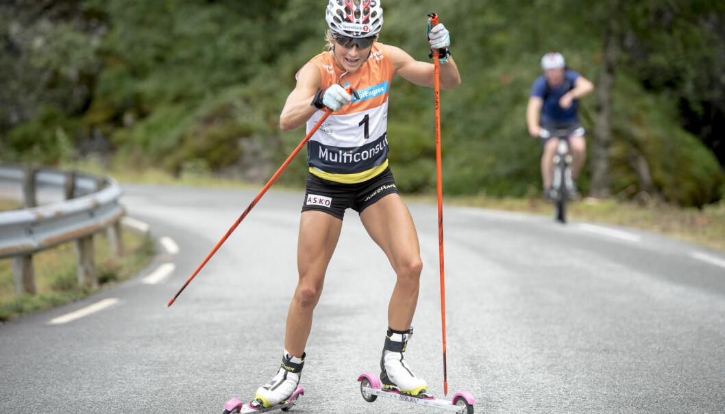 De nye undersøkelsene ved Norges idrettshøgskole viser at det er en klar forskjell mellom teknikk på snø og på rulleski. Her er Therese Johaug på vei opp Lysebotn i sommer.  (Foto: Carina Johansen / NTB Scanpix)