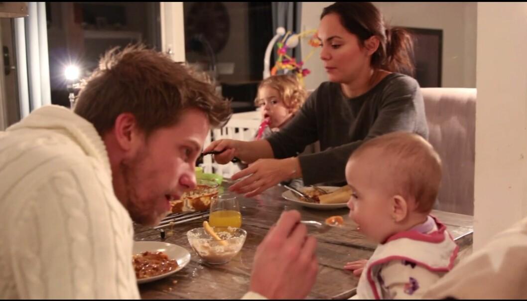 Barn lærer matvanar av foreldra. Eit forskingsprosjekt viser at å gi foreldra tidleg oppfølging bidrar til betre kosthald. (skjermdump frå video)