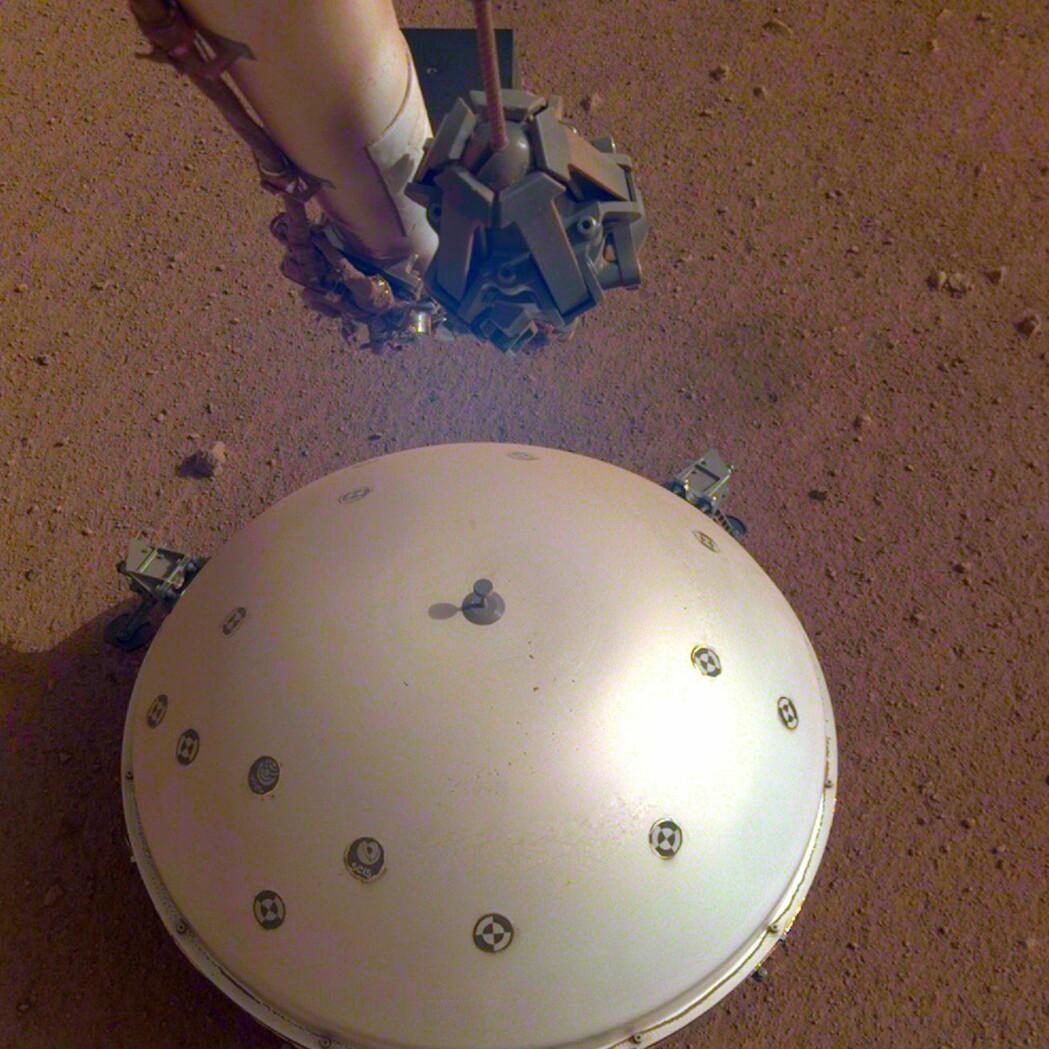 Under skjoldet til romfartøyet Insight ligger instrumentet som har oppdaget det som kan være tidenes første kjente «marsskjelv». (Foto: NASA, JPL-Caltech, AP, NTB scanpix)