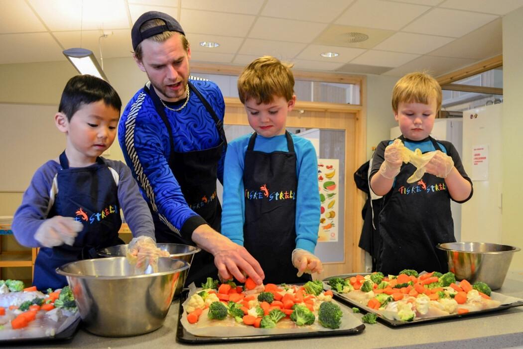 Gutter bør bli vant til å lage mat fra de er små. Det kan bedre kostholdet deres og gjøre at de lager mer mat hjemme som voksne, skriver bloggforfatteren. Foto: Siril Alm