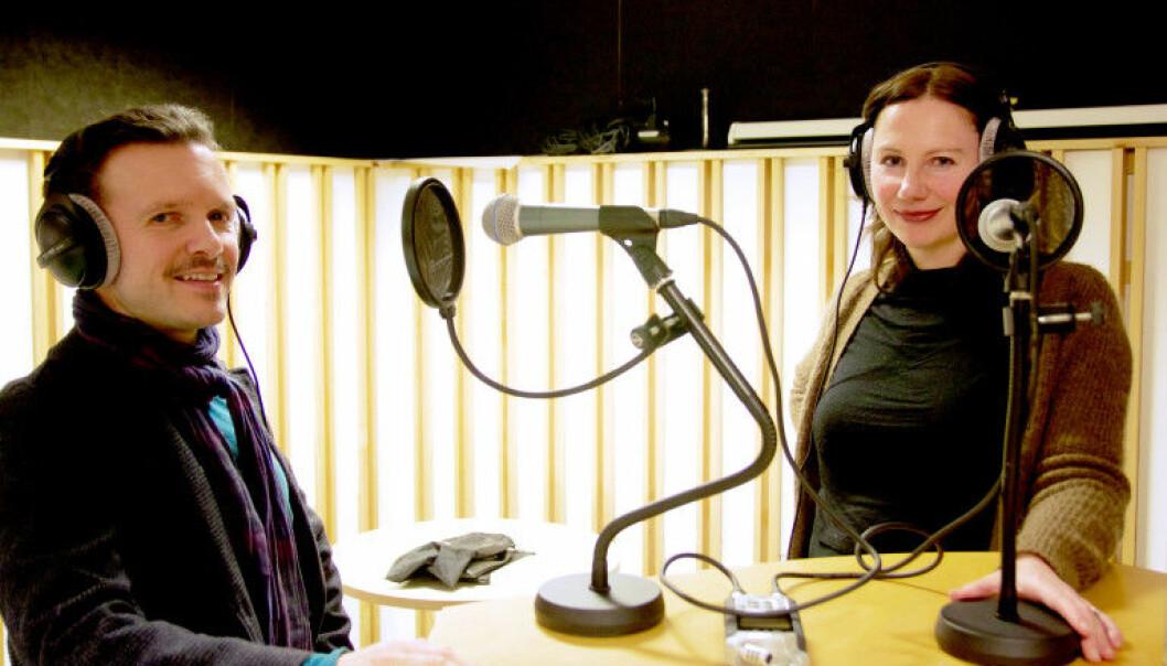 Professor i klinisk psykologi Per-Einar Binder og programleder Hilde Kvalvaag ved Universitetet i Bergen. (Foto: UiB)
