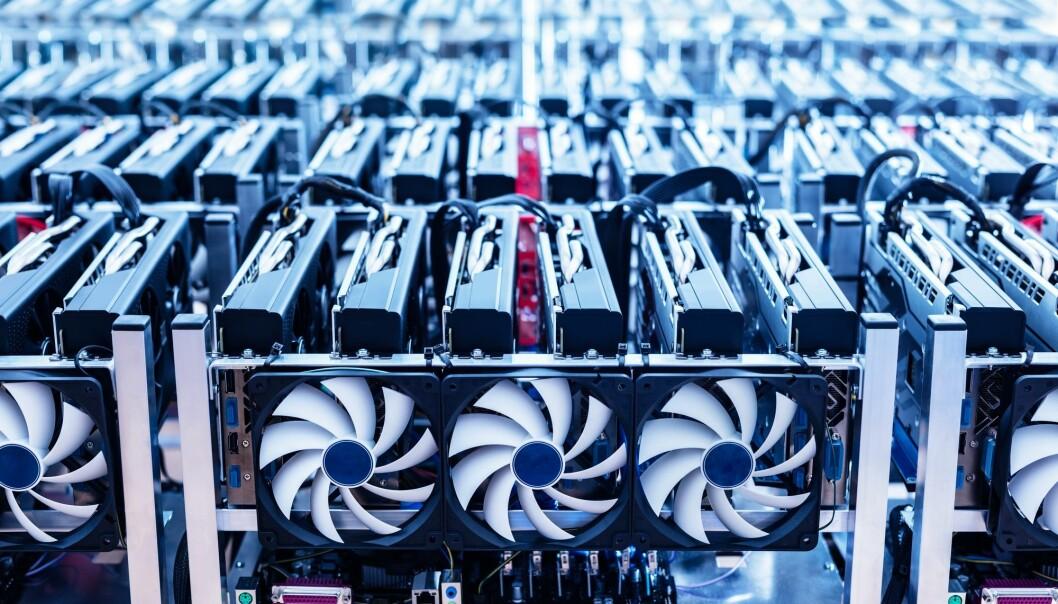 Av for eksempel 10 000 bitcoin-utvinnere, alle med masse datakraft, er det bare én som vinner og faktisk finner bitcoins. De 9999 andre har kastet bort strømmen de har brukt – og det gjentar seg igjen og igjen. (Foto: Michal Bednarek, Shutterstock, NTB scanpix)