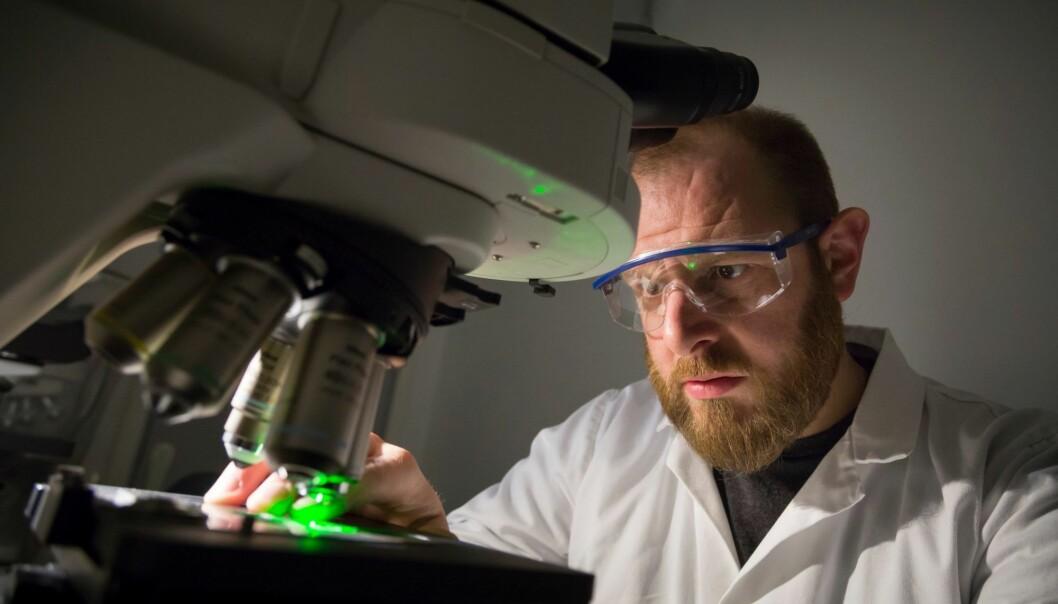 Hvordan oppfører nanorør seg når de havner i vann? Hvordan vil de reagere på andre forurensende stoffer og vil de blir spist av dyr, eller kanskje synke til bunns – uten å gjøre skade? Det er noe av det Sintef-forsker Andy Booth (bildet) har undersøkt. (Foto: Thor Nielsen)