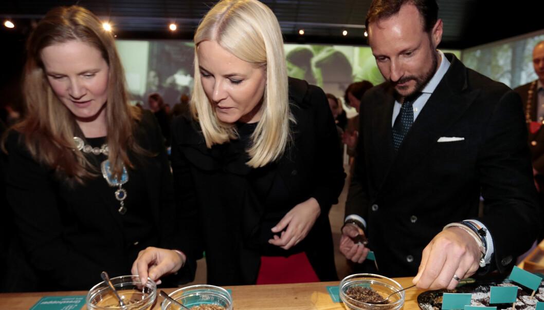 Rektor Mari Sundli Tveit (til venstre) ved Norges miljø- og biovitenskapelige universitet, fratrer sin stilling for å bli områdedirektør for politikk i NHO. Her er hun sammen med kronprinsparet under visningen av «Uten insekter – ingen mat» på Ås i 2017. (Foto: Lise Åserud, NTB scanpix)