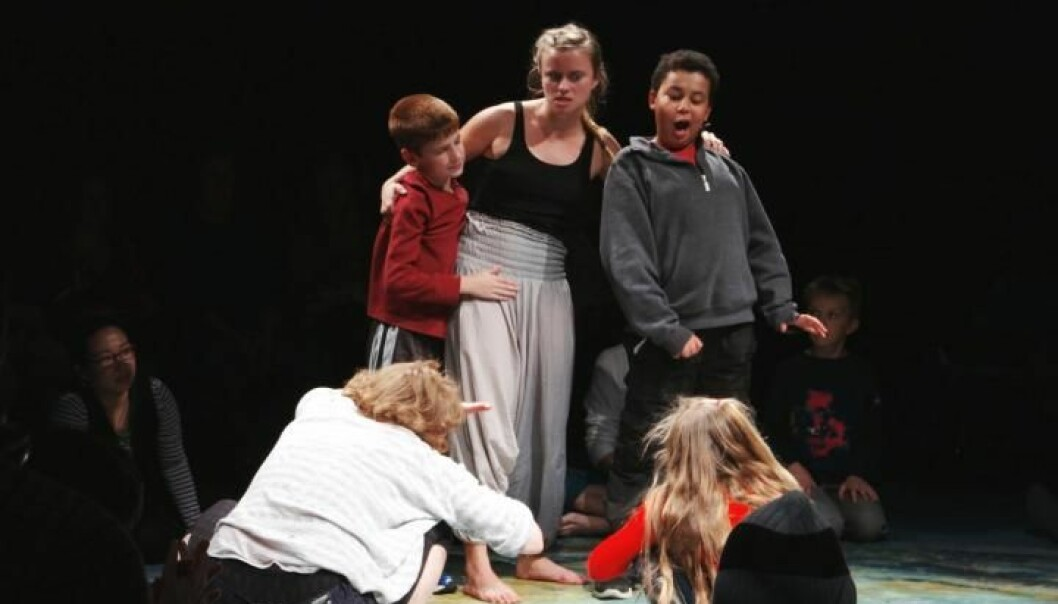De autistiske barna som deltok hadde lettere for å kommunisere etter ti uker med Shakespeare. Her øver de seg med bistand fra skuespillerne. (Foto: Big Ten Network)