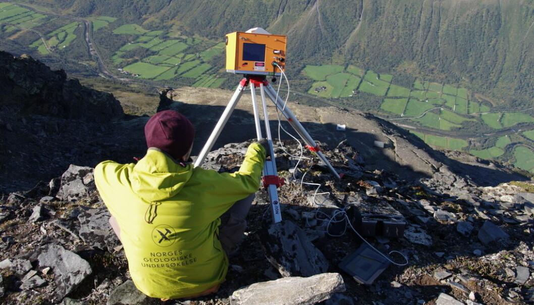 Fjellet blir kontinuerlig overvåket. Her er forskere på plass for å teste utstyr. (Foto: Martina Böhme)