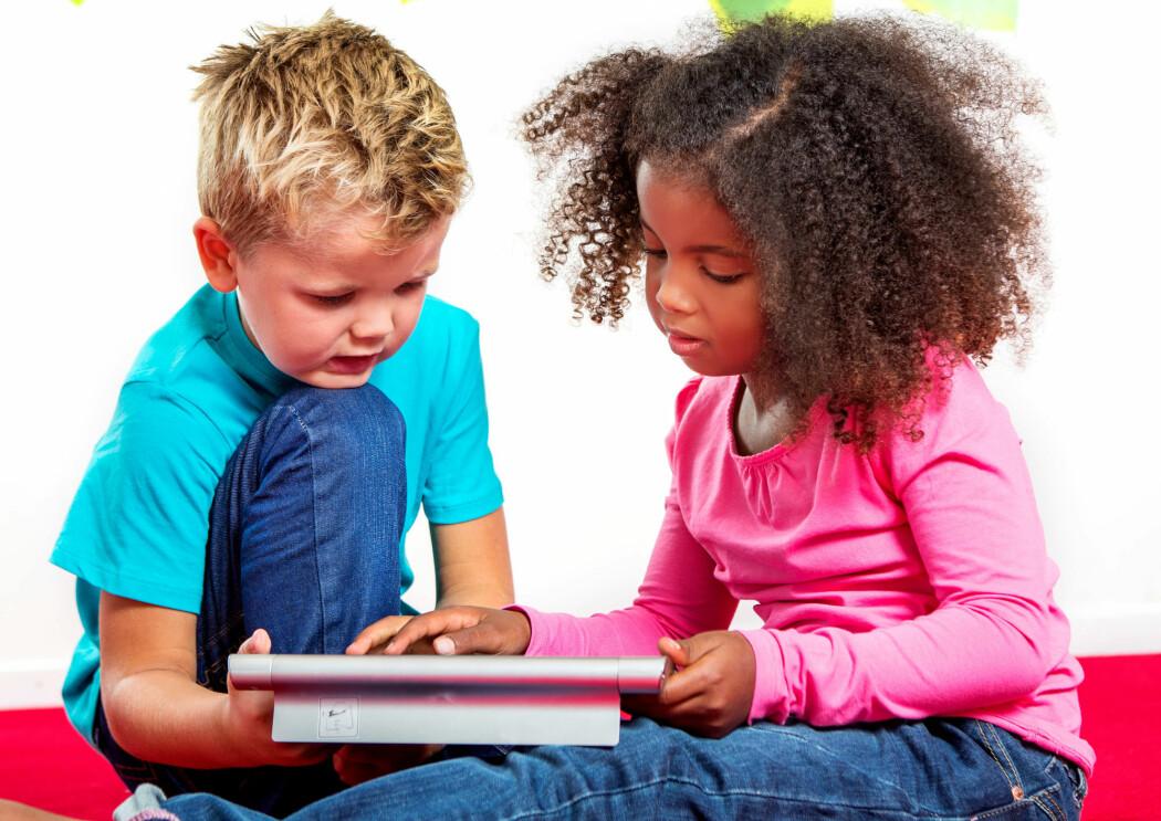 At elevene samhandler med en voksen er nøkkelen for at lesespill skal være effektivt i leseundervisningen. (Foto: Elisabeth Tønnessen)