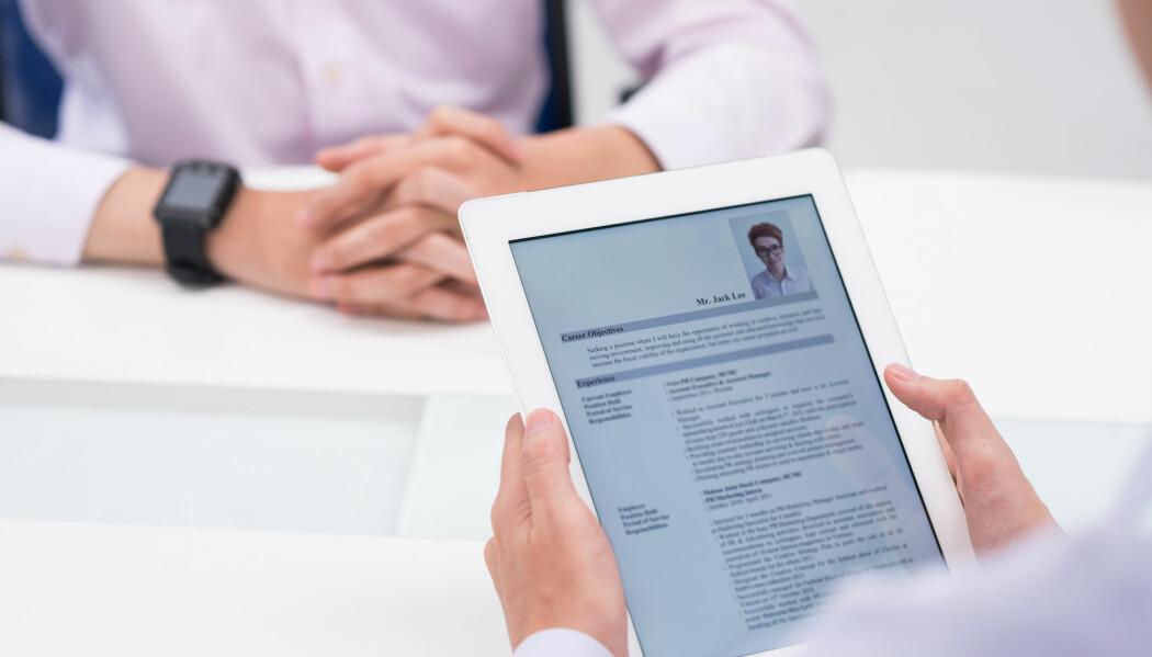 Et portrettbilde øker sjansen for å få napp fra potensielle kunder, viser ny studie av markedsføring på nett. Smil gir positivt utslag. (Foto: Shutterstock)