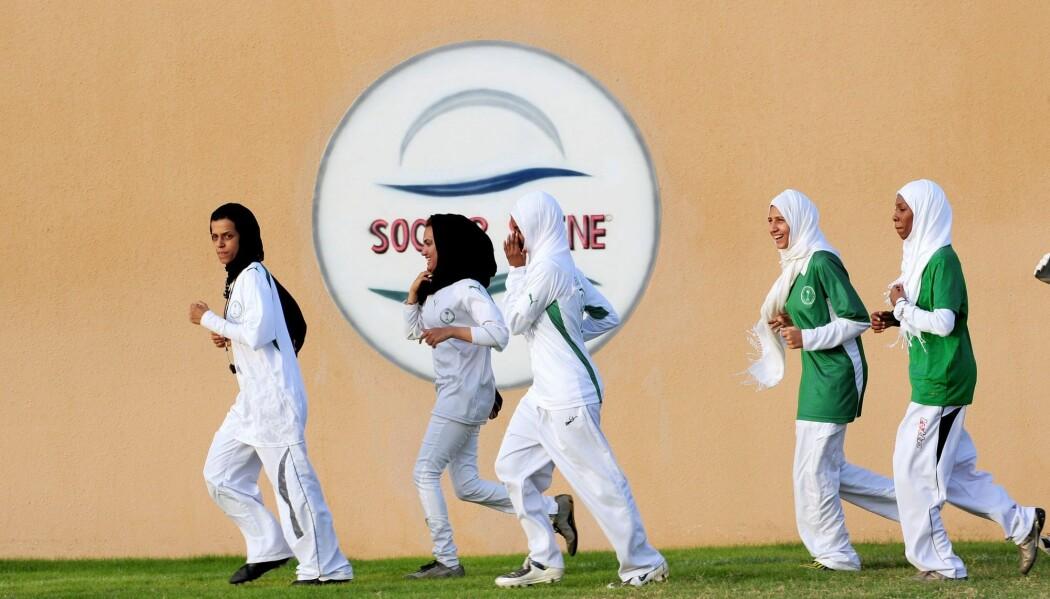 Saudiske spillere på King's United woman football club i Jeddah i 2009. Kvinnene på bildene ikke er de samme som Charlotte Lysa har fulgt i Saudi-Arabia og Qatar. Forskeren fikk ikke lov til å ta bilder av fotballspillerne.    (Foto: Omar Salem, AFP, NTB scanpix)