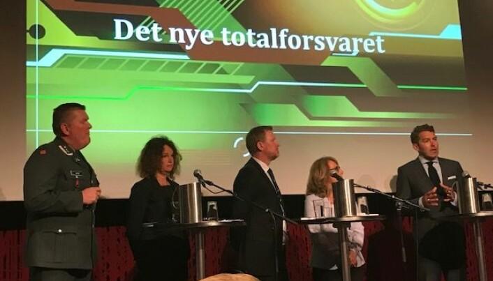 «Det nye totalforsvaret» ble lansert under et arrangement i Oslo nylig. Her møttes forfattere og kommentatorer til boken. (Foto: Siw Ellen Jakobsen)