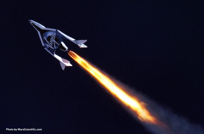 Virgin Galactics første SpaceShipTwo på sin første supersoniske flukt. (Foto: (c)2013 MarsScientific.com/Virgin Galactic)